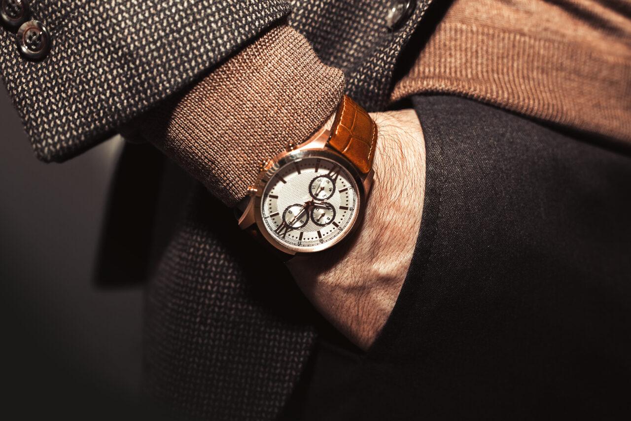 Zegarek męski pasujący do stroju w odcieniach brązu